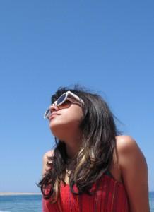 Chica protegiéndose del sol con gafas protectoras