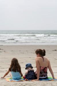 Niños en la playa con el sol