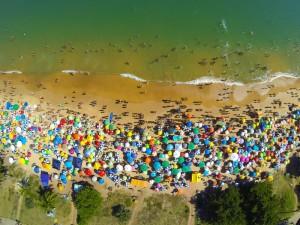 playa estival llena de bañistas